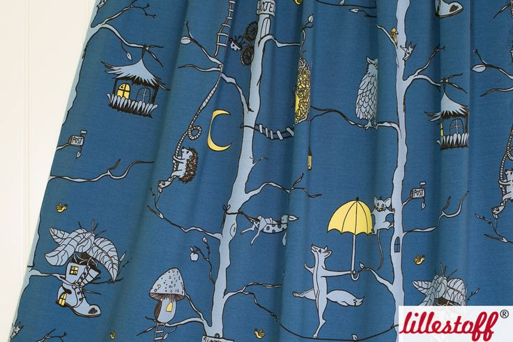 ####Tierhotel!####  Willkommen im Tierhotel!  In den Kronen der Wälder spielen sich auf diesem dunkelblauen Baumwolljersey, Szenen wie in einem 5 Sterne Hotel ab.  Lässig hängen die Tiere in ihrem Matten ab, balancieren zwischen den Bungalows oder klettern in ihr Nest.  Dieser lillestoff besteht zu 95 % aus Bio-Baumwolle und 5 % aus Elasthan. Der Stoff ist weich und eignet sich hervorragend für elastische Bekleidung.  * 95 % Bio-Baumwolle, 5 % Elasthan * 150 cm breit * GOTS-zertifiziert…