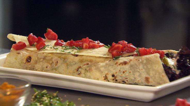 Kati Roll - indiske wraps - Det blir ekstra godt med salat, rømmedressing og mango chutney sammen med fyllet i lefsen. Oppskrift av Sarita Sehjpal.
