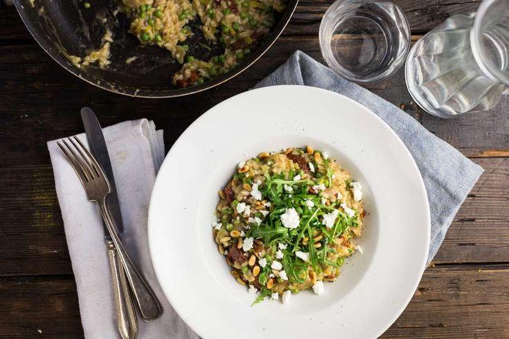 Recept voor vegetarische risotto voor 4 personen. Met zout, olijfolie, peper, risottorijst, tuinerwten, prei, rucola, zongedroogde tomaten in olie, feta, groentebouillonblokje en ui