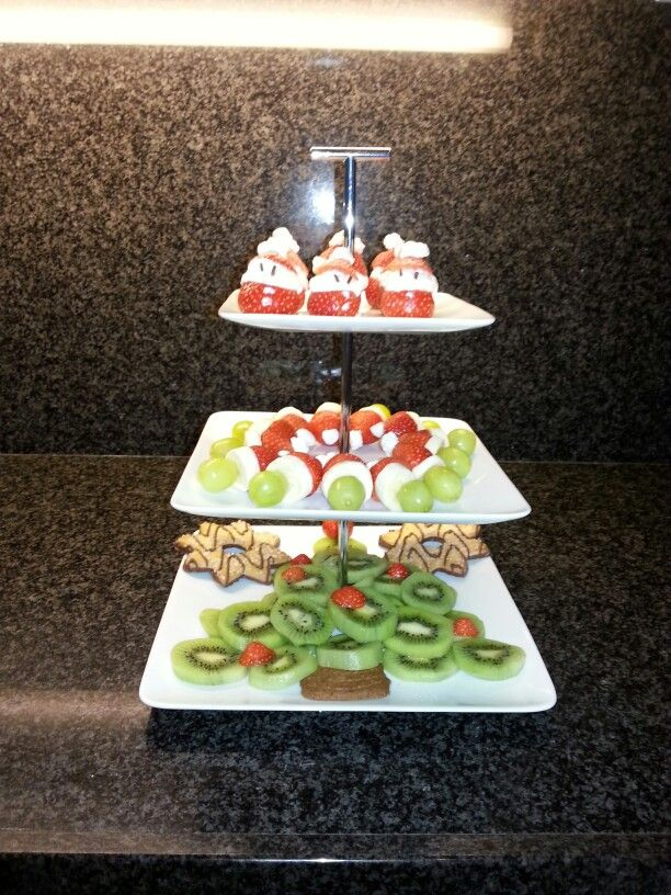 Benodigdheden:  - Kerstboom: kiwi's, aardbeien, speculaasje.  - Kerstmuts: Druif, schijfje banaan, stukje aardbei en een klein spekje aan een cocktailprikker.  - Kerstman: Aardbei doorsnijden, monchou/ slagroom ertussen, decoreren met bijv. oogjes van hagelslag.