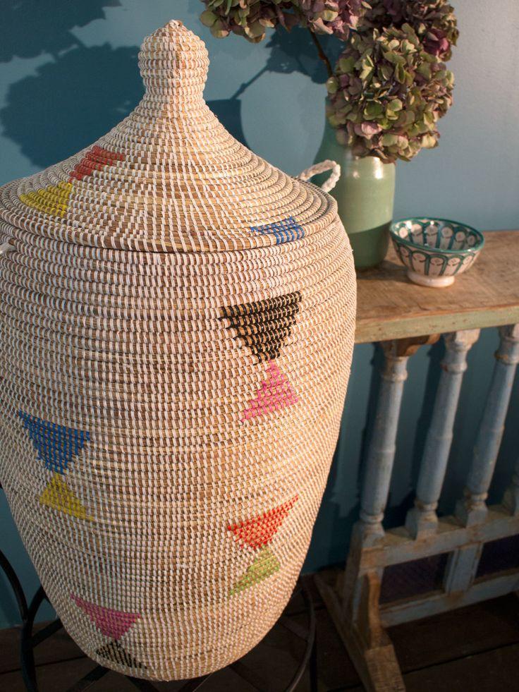 Kumba Korg Unik är en grupp med korgar från Senegal som alla är olika och unika både i storlek, färgkombination och mönster. Korgarna passar perfekt som förvaring till små saker och är därför utmärkt till den som gillar ordning och reda. Förvaringskorgen har ett lock och är gjord i naturmaterial, lindat med färgglatt plastband. En både vacker och funktionell inredningsdetalj för ditt hem och en glädjespridare med sin klara färg, we love!