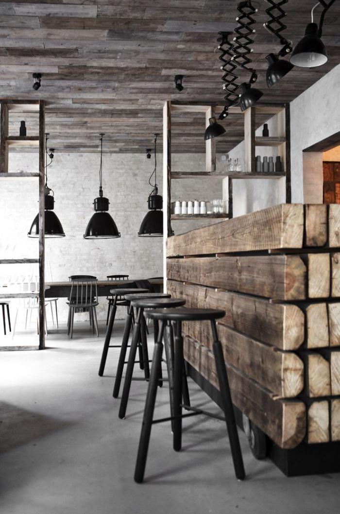 comptoir en bois recyclé, meuble bar en bois brut et tabourets noirs de bar