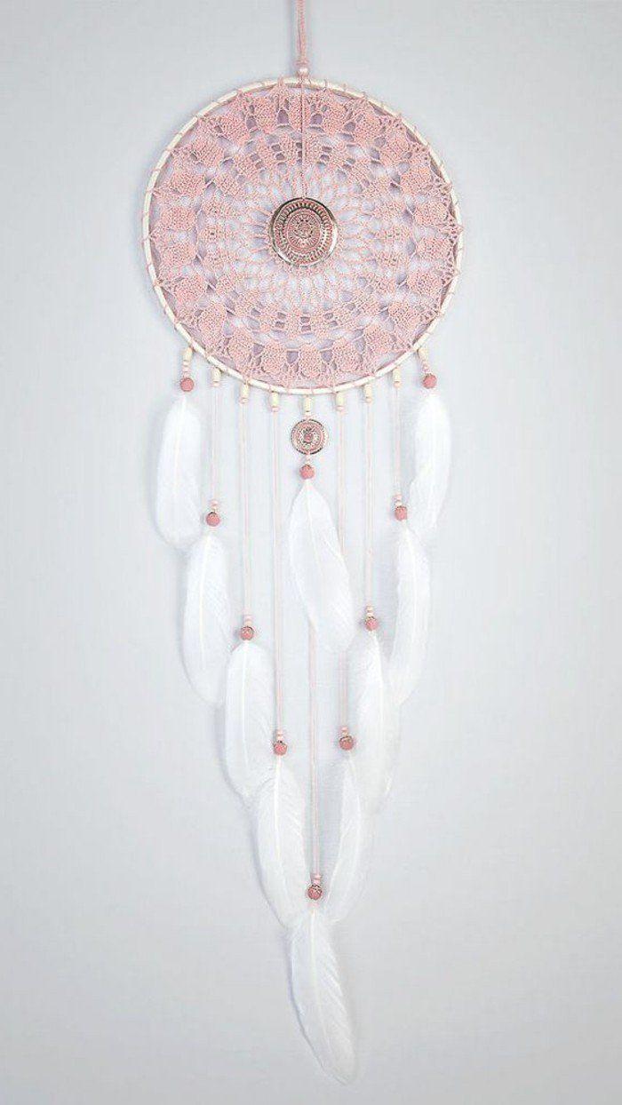 toile attrape rêve en broderie rose, plumes blanches, magnifique suggestion très douce pour fabriquer un attrape rêve superbe, perles rose, plumes blanches