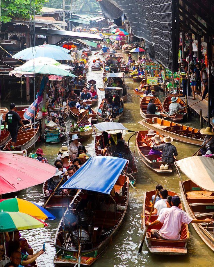 Yüzen pazarlar eskiden nehir taşımacılığının önemli olduğu dönemlerde bölge insanının temel alışveriş ihtiyacını görmesi amacıyla kurulurmuş. Şu anda sayıları oldukça azalan yüzen marketler turizme yönelik. Ancak atmosfer çok da bozulmamış ve fotoğraf severler için gerçekten bir cennet haline gelmiş bu marketler.  #uzaklaryakin #thailand #tayland  #bangkok #damnoensaduak  #floatingmarket #yuzenpazar #damnoensaduakfloatingmarket #buddism #objektifimden #travel #gezi #photography…