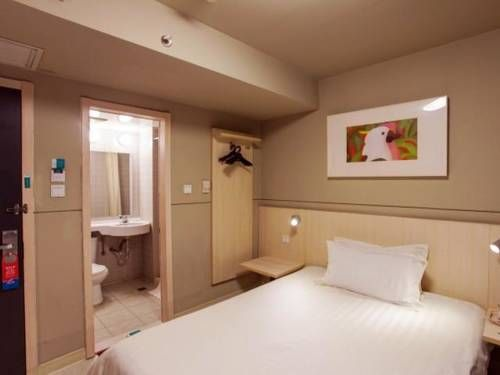 Jinjiang Inn Xining Internatioal Village Qingtang Park Xining Jinjiang Inn Xining Internatioal Village Qingtang Park is set in the Chengdong District district in Xining, 1 km from Mojia Street and 1.1 km from Dongguan Grand Mosque. Guests can enjoy the on-site restaurant.  The rooms include a flat-screen TV.