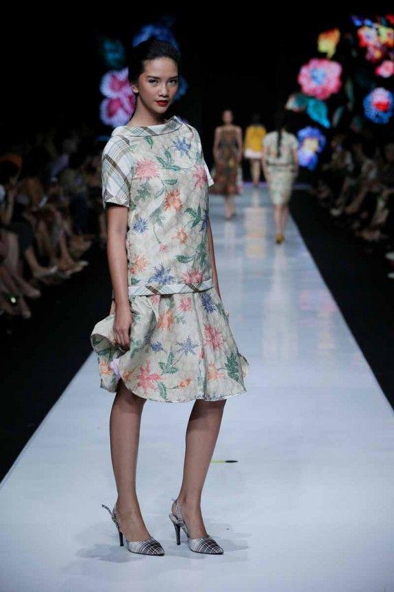 http://www.fashionwindows.net/2013/10/jakarta-fashion-week-2014-edward-hutabarat-part-2/#jp-carousel-106420 - can't get enough of edward hutabarat design <3