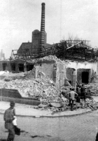 1940,Restanten van de tapijtfabriek aan de Oostzeedijk in de wijk Kralingen, na…