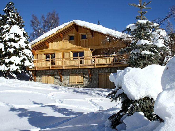 Ruim chalet met gunstige ligging in Les Deux Alpes! Het ligt op 350 meter van de skilift en piste, en na een dag actief op de piste kun je ontspannen in de sauna of lekker opwarmen bij de houtkachel. Voor hout hoef je niet op pad want er staat één zak hout voor je klaar!