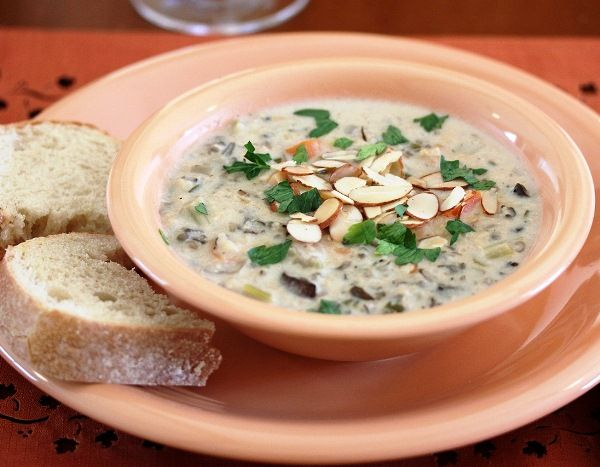Суп из курицы в мультиварке может стать отличной закуской к вину, если вы приготовите его с рисом, сливками, грибами и специями