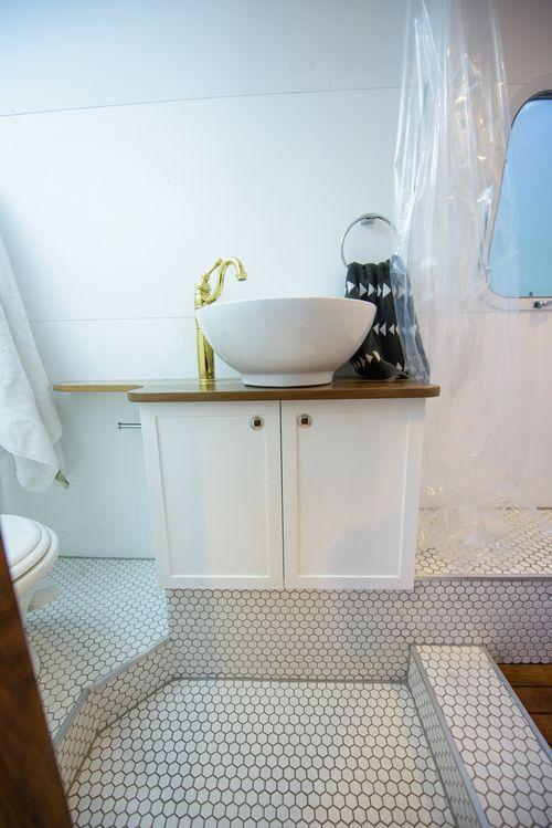Best 25 airstream bathroom ideas on pinterest camper for Rv bathroom wallpaper