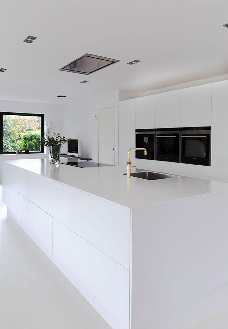 Weisser Traum Von Einer Kuche Klare Linien Kleine Details Viel Platz Und Minimalismus B Modern Kitchen Design Interior Design Kitchen Kitchen Decor Modern