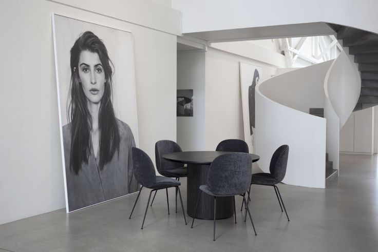 Esse empresa usou as cadeiras Beetle, desenhado por o duplo GamFratesi // GUBI. Um ambiente elegante e criativa.
