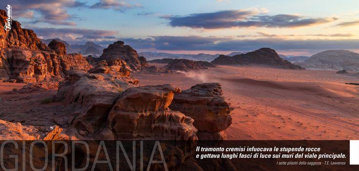 Il tramonto cremisi infuocava le stupende rocce e gettava lunghi fasci di luce sui muri del viale principale. (I Sette Pilastri della Saggezza, T.E. Lawrence)