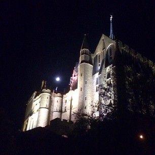 #night at #montsaintmichel #fullmoon Это была полная луна, практически без туристов средневековый город-крепость-аббатство-остров и хэллоуин! #lifelongmemories #memories #myfrance por: katetkachuk