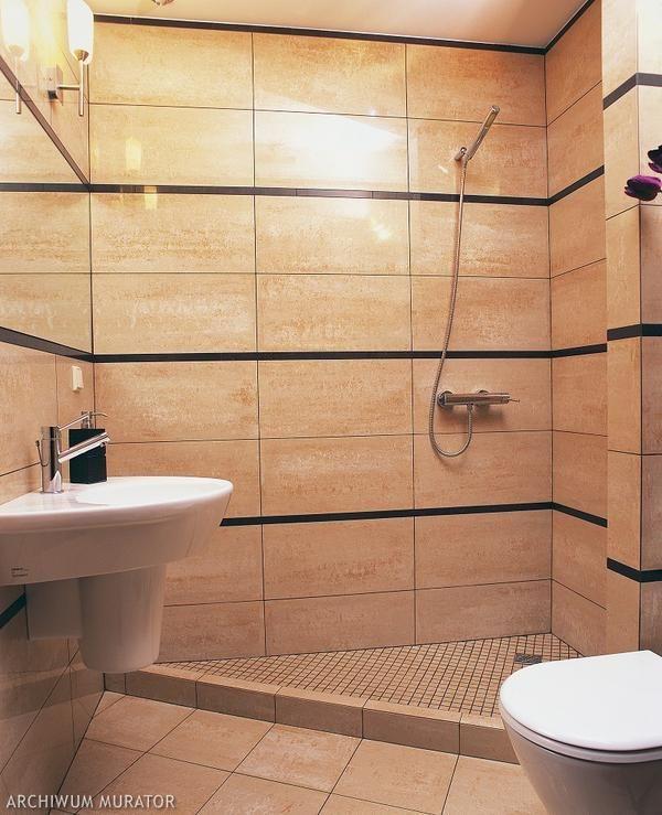 Mała łazienka z poziomymi pasami