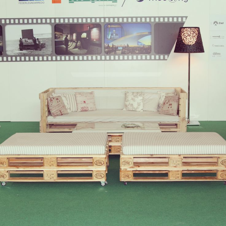 Tavolini e divano della linea 800x1200 eco design allestimento Rimini fiera