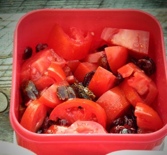kuchnianawzgorzu.pl/salatka-z-pomidorow-czyli-pomidory-z-daktylami-zurawina