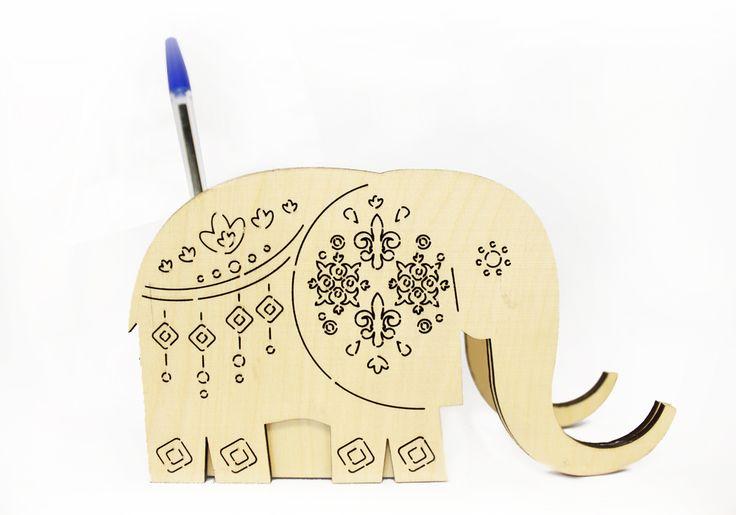 Готовое изделие карандашница с приспособлением в виде подставки для телефона «Слон» выполнено с использованием лазерной резки и гравировки, отшлифовано, собрано, склеено, расписано точечным орнаментом вручную. Размер карандашницы: высота 9,5 см, ширина 5 см, длина 16,5 см. Карандашницу можно разместить на рабочем столе, она разнообразит строгий офисный стиль и привлечет внимание ваших клиентов.