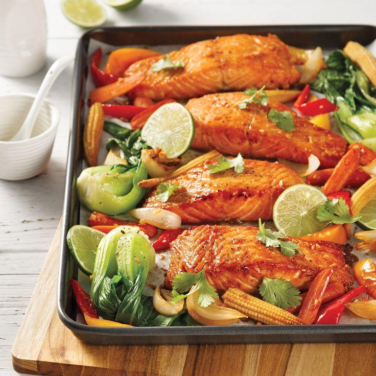 Ces filets de saumon marinés et grillés au four avec des légumes sont parfaits pour les soupers pressés qui se veulent nutritifs!