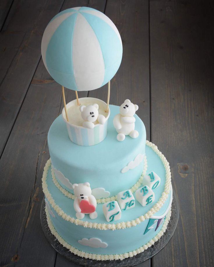Her får du en guide til, hvordan du laver en luftballonkage med bamser i fondant. Brug fondantfigurerne som pynt til enten barnedåb eller børnefødselsdag.