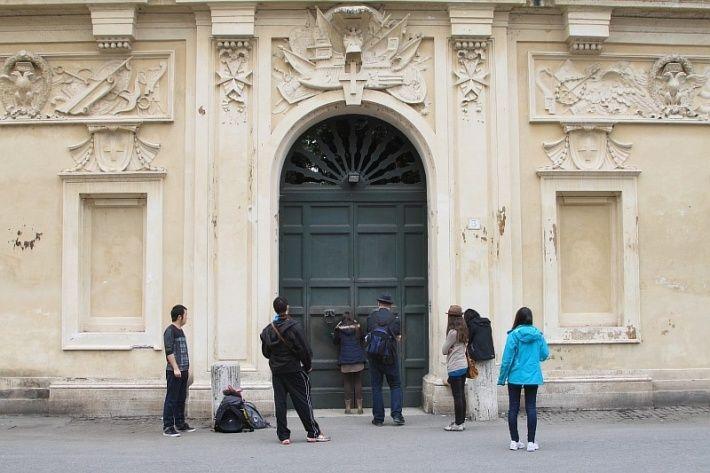 В воротах резиденции Мальтийского ордена на Авентинском холме (один из 7 холмов Рима) сделана специальная замочная скважина. Считается, что если в нее посмотреть, то можно увидеть сразу три независимых государства - Итальянскую республику, Ватикан (Купол собора Святого Петра) и Мальтийский орден. Обычно рядом стоят несколько туристов, которые по очереди смотрят в эту замочную скважину.