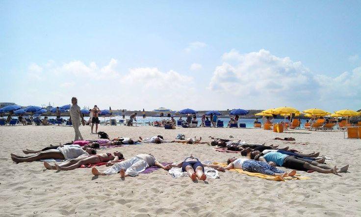 Meditare davanti al mare. Sulla Giornata Internazionale dello Yoga a Lampedusa