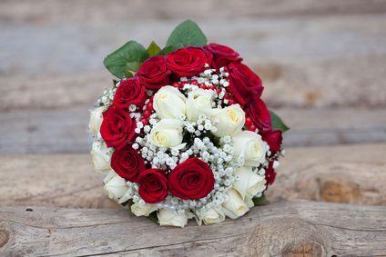 Une douzaine de roses rouges et une douzaine de roses blanches avec  soupir de bébé, hypericum rouge.: