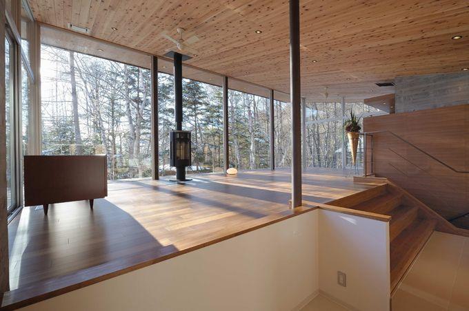 ステップと勾配天井による変化のある広いリビング