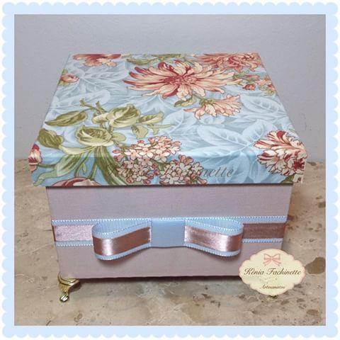 Linda caixa personalizada!! Toda revestida em tecido!!  #caixaspersonalizadas #caixasmdf #decoração #instagood #presentes #luxo #decor #feitoamão #instadecor #arte #artesanato #caixapersonalizada #laçoluxo #caixatodaforradaemtecido #delicadeza