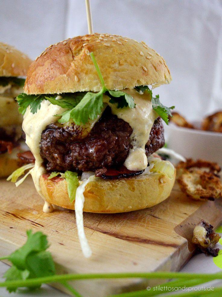 Hawaii-Burger – eine Variation vom Toast Hawaii nur viel, viel cooler! Mit Chili-Curry-Mayo, karamellisierter Ananas, Knusper-Bacon und Koriander.