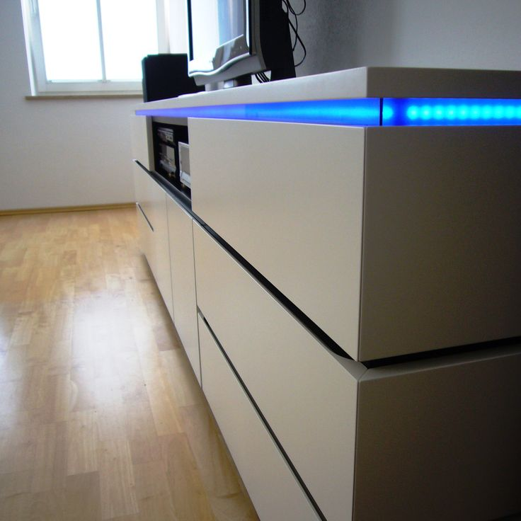 Superb  HiFi M bel wei und schwarz lackiert mit LED Beleuchtung durch blaues Acrylglas