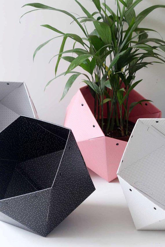 Die GeoStorage ist eine geometrische Lagerplatz dicken Wellkarton für Self-Assembly.  Es ist für die Lagerung von Spielzeug aus, Sie einfach alles nach innen zu werfen und deaktivieren Sie die Unordnung in Sekunden. Es kann auch als Inhaber einer Zeitschrift oder ein bin-Speicher für die TV-Decke einsetzbar.  Dieser Lagerplatz ist schwarz weiße kleine Punkte drauf. Es ist sehr chic und minimalistisch, und es ist einfach zu montieren.  Maße: Durchmesser: 15 Zoll | 38 cm Tiefe: 13,8 Zoll | 35…