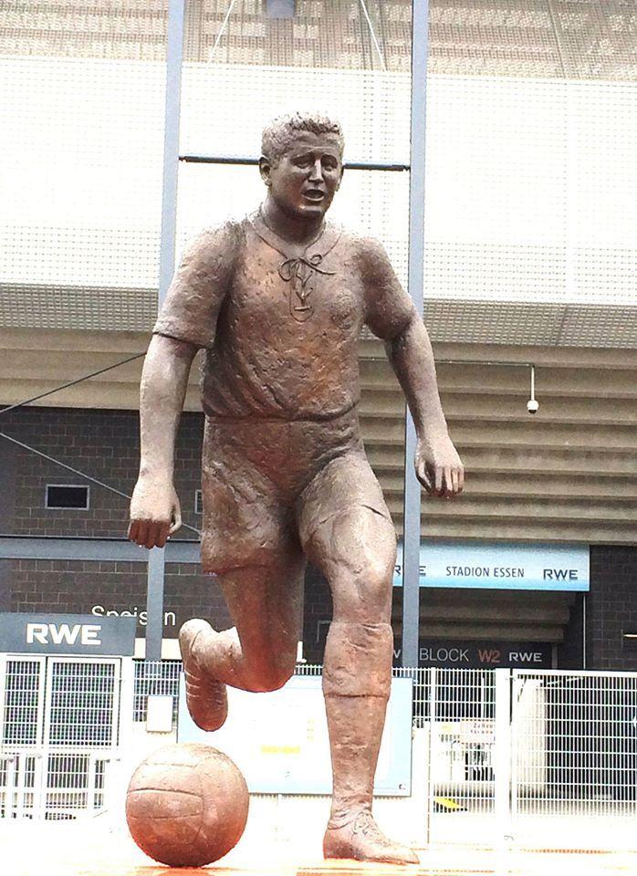 Rot.Weiss-Essen Legende und Weiltmeister 1954 Helmut Rahn - Statur am Rot-Weiss.Stadion