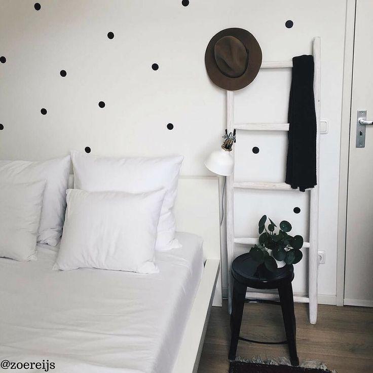 Genoeg inspiratie om op te doen op Hsfy.nl/top10wo3! Bekijk nog snel onze top 10 wonen! #woning #stijl #slaapkamer #wit #zwart #grijs #muur #tafel #vloerkleed #mooi #inspiratie #bed #wonen #top10 #interieur #interieurstyling #binnenkijken #kamerplant @zoereijs