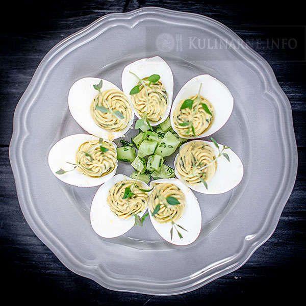 Szybkie danie z jajkami w roli głównej. Jajka faszerowane z bazylią doskonale sprawdzą się na wielkanocnym stole.  Składniki    5 jajek wiejskich 1 łyżka majonezu 15 listków świeżej bazylii kilka gałązek tymianku do ozdoby sól    Wykonanie Jajka gotujemy na twardo. Przecinamy je na pół i delikatnie usuwamy żółtko. W blenderze umieszczamy listki bazylii, majonez i żółtka, wszystkie składniki dokładnie miksujemy aż utworzy się jednolita masa. Doprawiamy ją delikatnie solą i przekładamy do…