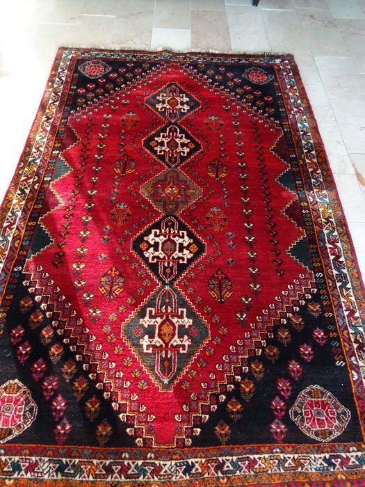 Perzisch tapijt - Shiraz Iran Mooi Perzisch tapijt in uitstekende staat met kenmerkende kleuren  Verscheidene helderrode en donkere tinten   170*261 cm