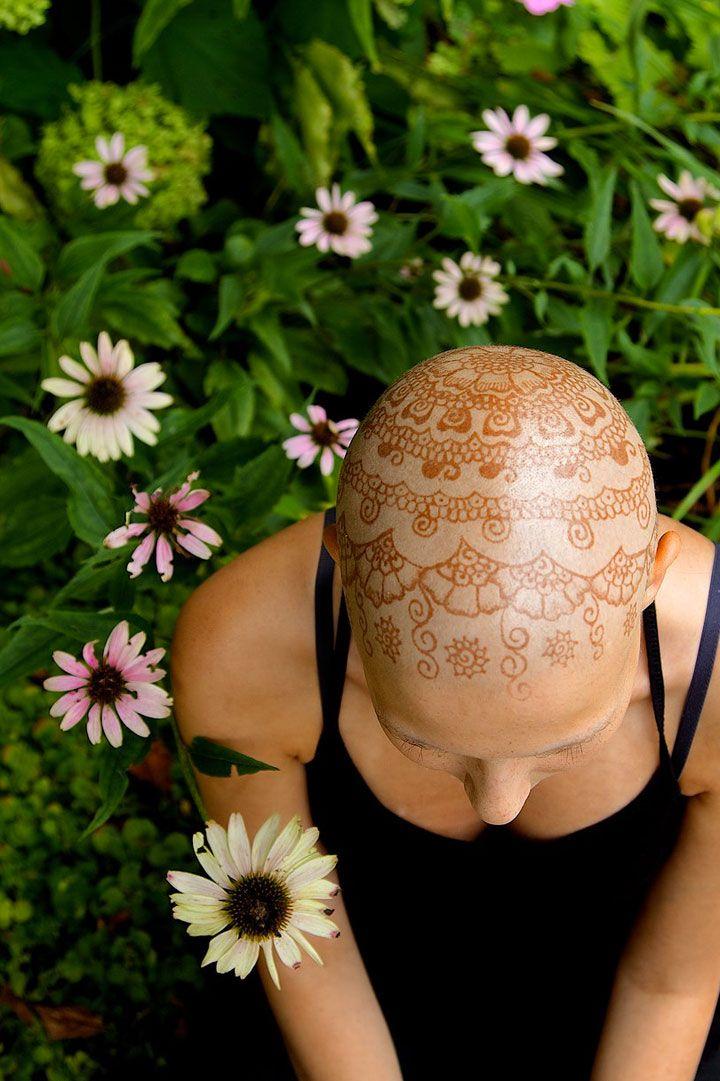 Une initiative redonne le sourire aux femmes atteintes d'un cancer en ornant leur tête de magnifiques tatouages