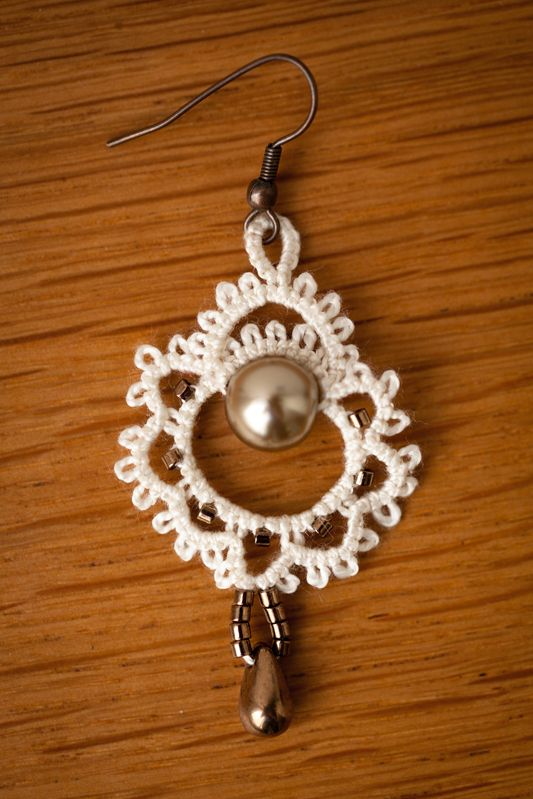 "Frivolité à la navette: Boucles d'oreilles - Pattern by Marilee Rockley in her book ""Tatted Jewelry"" -- Earrings  #tatting #jewelry"