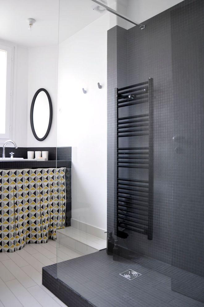 Une salle de bains épurée en noir et blanc, bien dans son temps