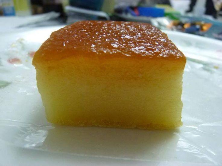 Yucamochi (receta) Ingredientes: Yuca pelada (400gr) 2 huevos 1 taza de leche 3/4 taza de azucar 1 cuchada de escencia de vainilla -------------------------------------------------- Preparación: Rayar la yuca y mezclar con los demás ingredientes. Colocar mantequilla en un molde y colocar la mezcla sobre este. Llevar a un horno precalentado a 200 grados hasta que la parte central este firme.