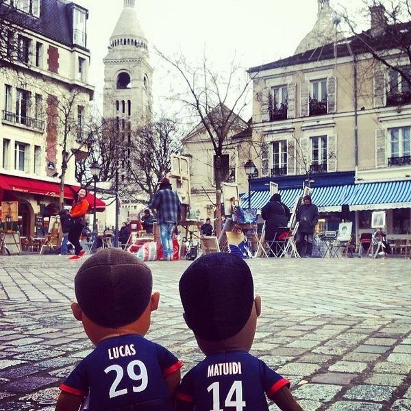 Mini Lucas et Mini Matuidi se baladent tranquillement à Montmartre ! #Paris #TeamPSG #PSG #AllezParis #Poupluches - @poupluche_fans - 24 juil. 2014