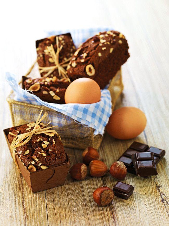 Pour le dessert ou le goûter, voici une recette facile et gourmande de petits cakes au chocolat moelleux préparés en 15 minutes et cuits en 30 minutes.