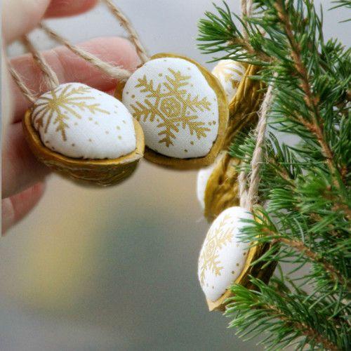 Retro Vánoční ozdoba zlatá vločka ve zlatém oříšku