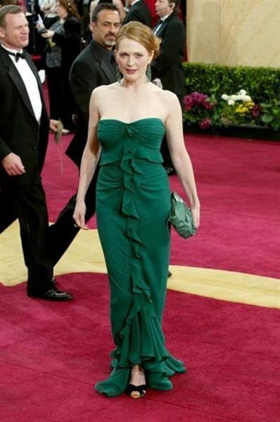 Стимпанк красное платье на зеленом