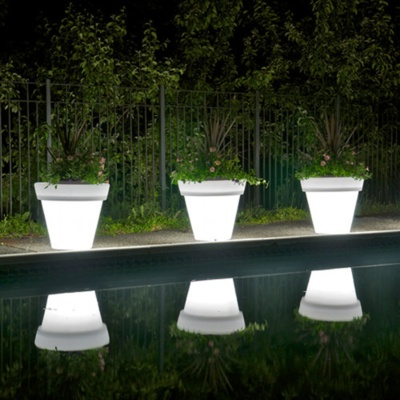 Cool outdoor light and planter idea for a pool. Love this idea for flowers by the pool