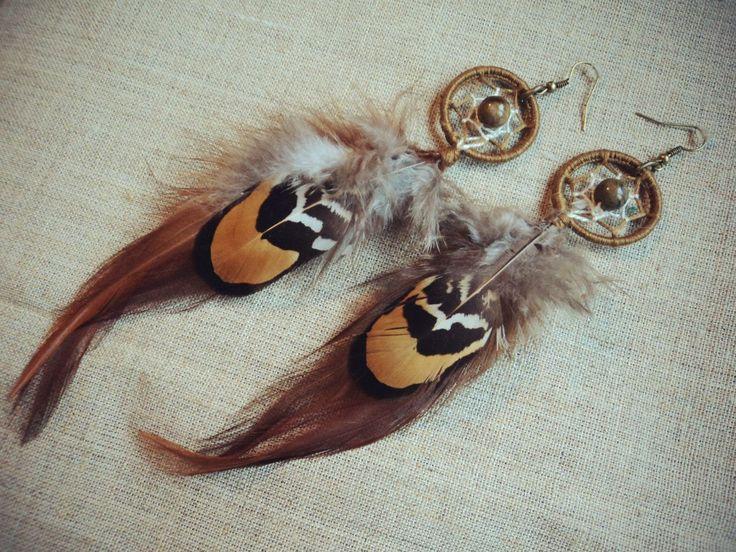 Серьги из перьев ,ловцов и камней.
