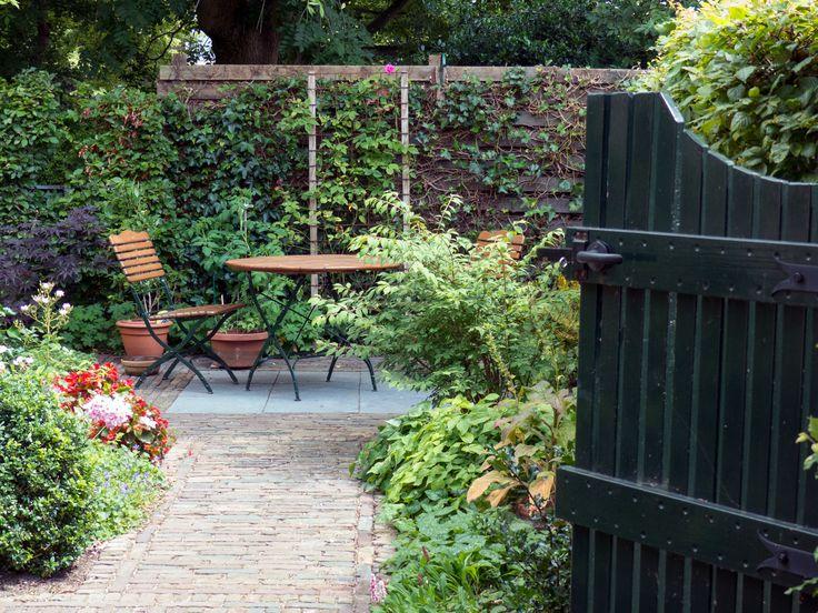 Heeft u een kleine tuin? Deze kan ook gemaakt worden in een stijl die bij u past, zoals hier: een kleine romantische stadstuin. www.houdijkstijltuinen.nl