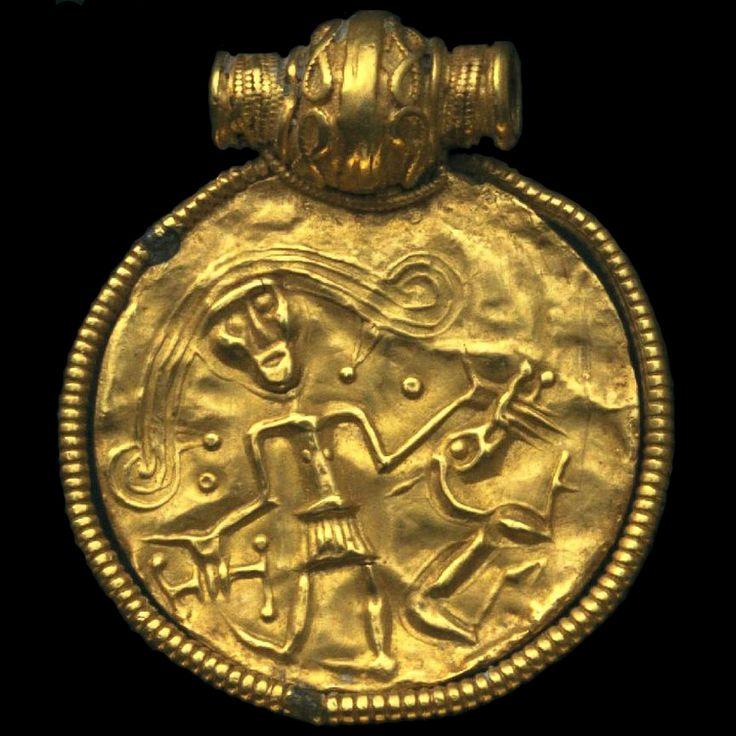 Tyr-brakteaten från Naglum, Trollhättan (SHM 1164). Men ser ut som en kvinne, med niddy-noddy i hånda og pupper? Skjørtet likner på Egtvedt-piken.