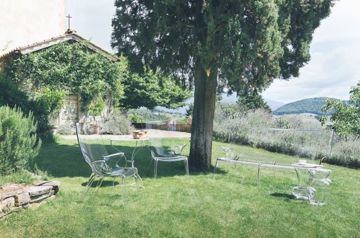 Uncle Jack sofa & Uncle Jim armchair by Philippe Starck   Family portrait in the garden