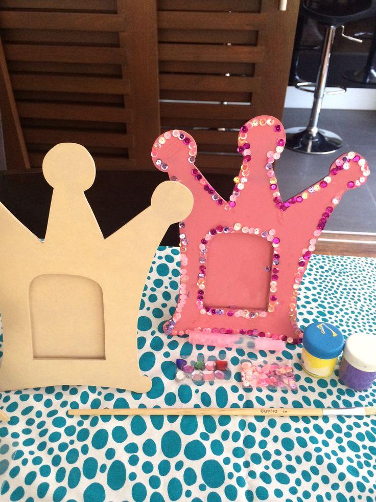 Pipoka Play Kit: Enmarca tus recuerdo como una princesa. Kit con marco de madera con forma de corona, pintura no toxica, elementos decorativos y pegante. Juguetes ideales para sorpresas, regalos y hacer actividades. Para hacer pedidos, escribemos a pipoka@pipokaplaykits.com